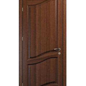 Brun dörr med skurna detaljer